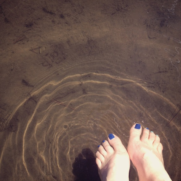 feet in river deschutes river bank by Katariina Fagering
